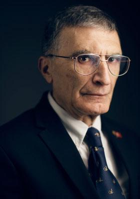写真・図版 : 昨年のノーベル化学賞を受けた「トルコ・アメリカ国籍の生物学者」アジズ・サンジャル氏=ノーベル財団のホームページから
