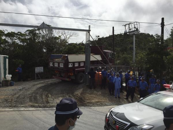 ヘリパッド建設のために次々と砂利が運び込まれている=2016年9月27日、沖縄県東村高江