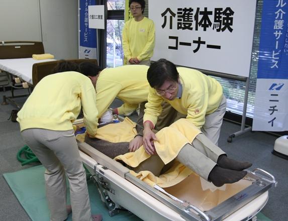 厚生労働省で行われた「介護就職デイ」の介護体験コーナー=2009年12月、東京・霞が関