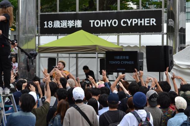 東京都選管が開いた18歳選挙権のイベント=6月5日、東京・新宿駅前20160630