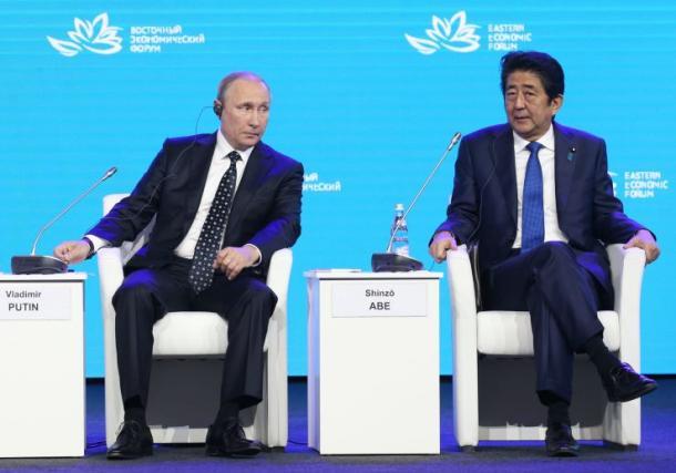 「東方経済フォーラム」に臨む(右から)安倍晋三首相、ロシアのプーチン大統領、韓国の朴槿恵大統領=3日午後1時5分、ロシア・ウラジオストク20160903