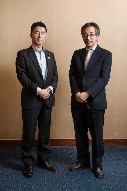 写真・図版 : 牧原秀樹さん(左)と水島宏明さん