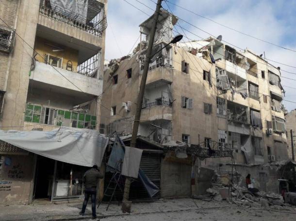 写真・図版 : シリアのアレッポ南西、マシュハッド地区で空爆されたアパート。目撃者によると、ロシア軍機による空爆とみられる=2016年1月、現地住民提供