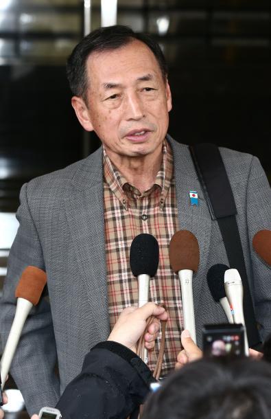 逮捕前、自宅でメディアに囲まれた田母神俊雄被告=4月14日、東京都内