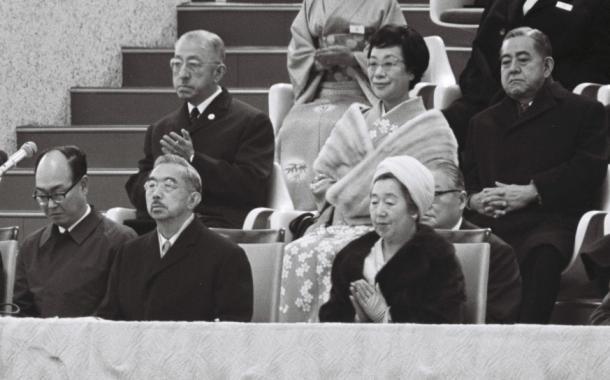 開会式で、ロイヤルボックスに並んで拍手する昭和天皇と香淳皇后。後ろは佐藤栄作首相夫妻