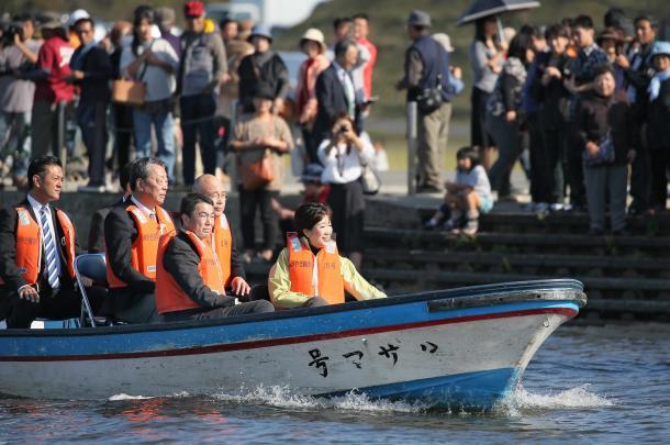 村井宮城県知事と長沼ボート場を視察し、笑顔を見せる小池都知事=宮城県登米市