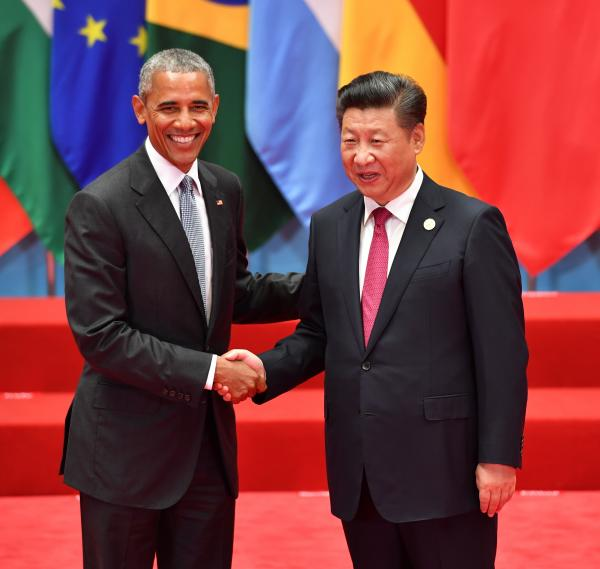 G20首脳会議で中国の習近平国家主席(右)の出迎えを受ける米国のオバマ大統領=2016年9月4日、中国・杭州、代表撮影