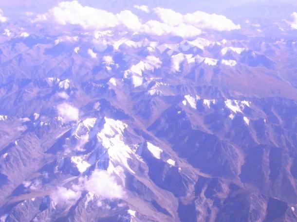 写真・図版 : 機内から眺めるパミール高原=撮影・筆者