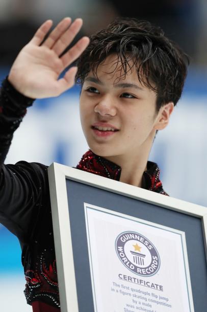 ギネス記録で表彰され、観客に手を振る宇野昌磨20161001