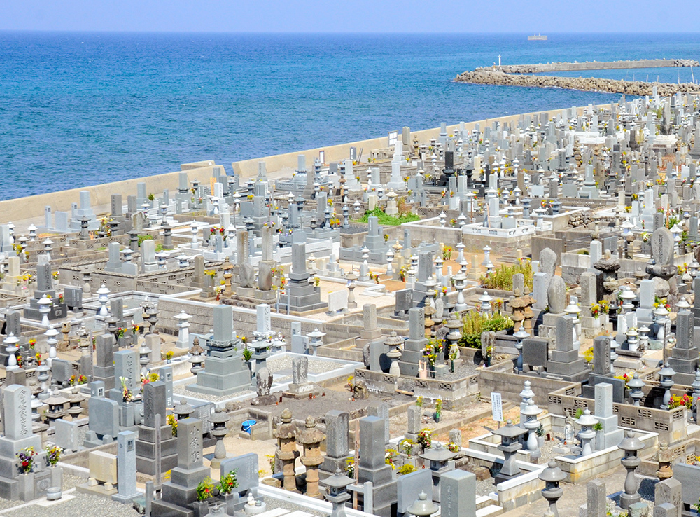 写真・図版 : 海岸一帯に約2万の墓が並ぶ花見潟墓地=鳥取県琴浦町