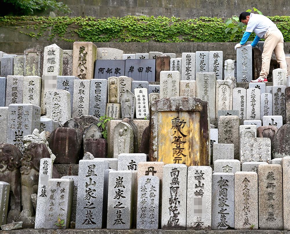 写真・図版 : 無縁墓などから撤去された墓石が集まる「墓の墓」=高松市