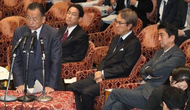 衆院TPP特別委で答弁する山本有二農水相(左端)。右端は安倍晋三首相