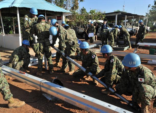 ジュバの国連施設内で、カンボジアPKO部隊の病院職員施設建設を支援する陸上自衛隊のPKO派遣部隊=2016年11月、ジュバ