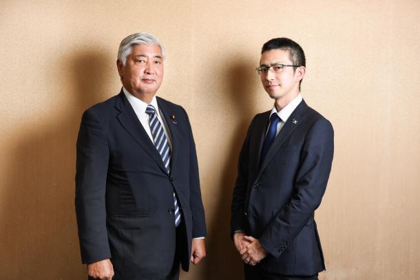 中谷元・前防衛相(左)と木村草太・首都大学東京教授