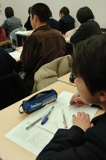 高校受験を目指し、学習塾で勉強する生徒たち=2006年、大阪府高槻市