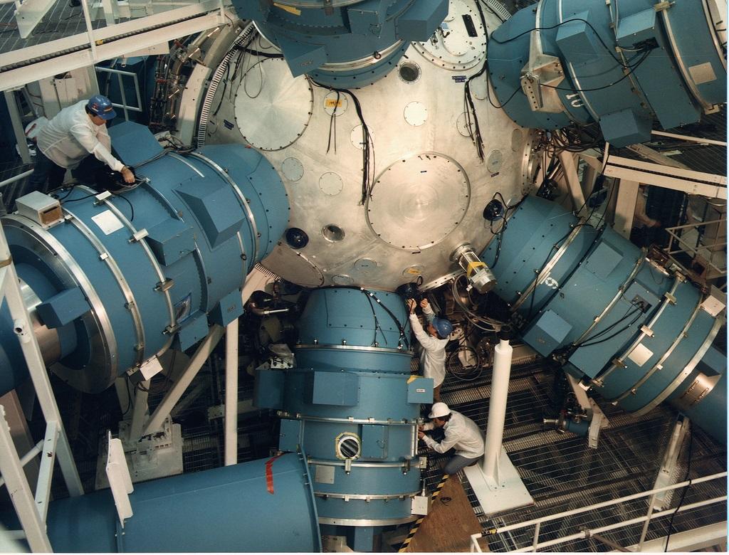 写真・図版 : 図1 1996年、始めて「高部の公式」が正しいことを実験的に確認した米国リバモア研のレーザー装置「NOVA