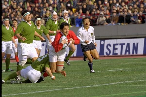 第32回日本選手権決勝の大東大戦の前半2分、先制のトライをする社会人代表の神戸製鋼・平尾誠二さん。この試合に勝ち7連覇を達成した=1995年1月15日、東京・国立競技場