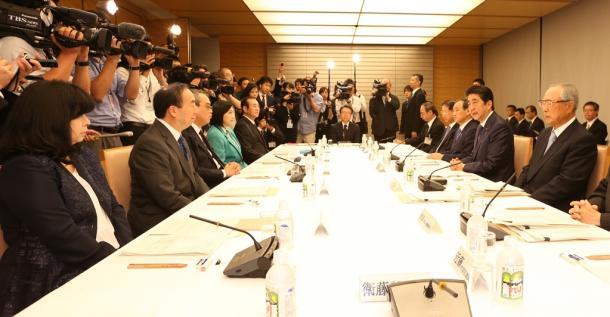 写真・図版 : 有識者会議の冒頭、挨拶する安倍晋三首相(右から2人目)。右端は今井敬座長=2016年10月17日、首相官邸
