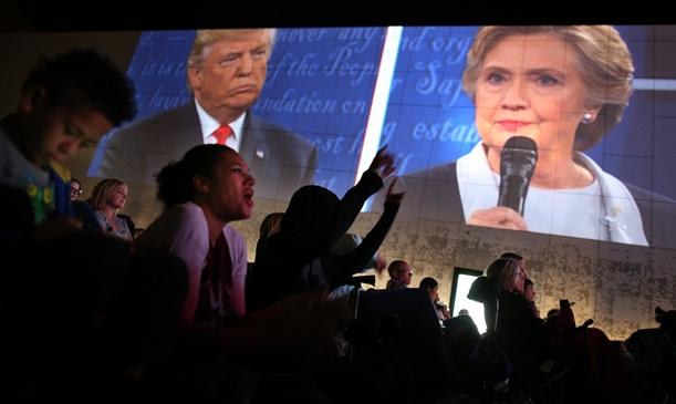 第2回テレビ討論会を中継するパブリックビューiイング会場で歓声を上げる人々=2015年10月9日、米セントルイス