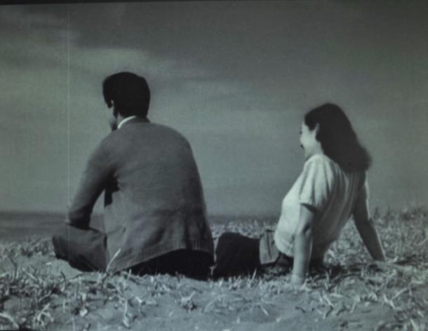 【写真1】 こんなところに何故と思わせる不可思議なコカ・コーラの宣伝板=写真は、『晩春』のDVDより筆者作成