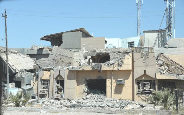 写真・図版 : イラク軍とISの激しい戦闘で損壊したファルージャ市街地の建物=2016年9月