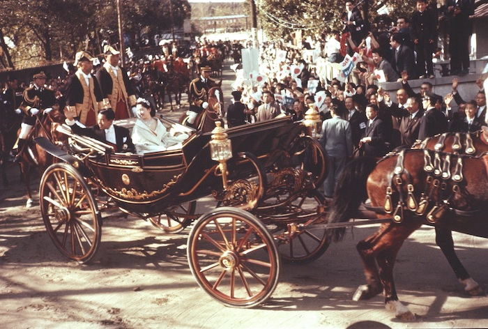 馬車から、歓呼の声にこたえる皇太子(当時)ご夫妻=1959年4月10日、東京・渋谷区の東宮仮御所近くで