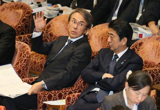 衆院TPP特別委で、民進党の質問に答弁するため挙手する石原伸晃TPP担当相(左)