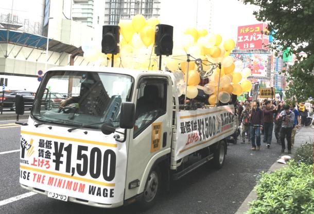 写真・図版 : 新宿でのエキタスのデモ行進=筆者撮影