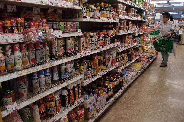 スーパーにずらりと並ぶ加工食品