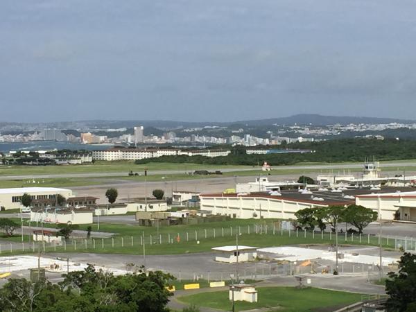 目の前には普天間飛行場が広がる。沖縄国際大には2004年にヘリが墜落した=沖縄県宜野湾市