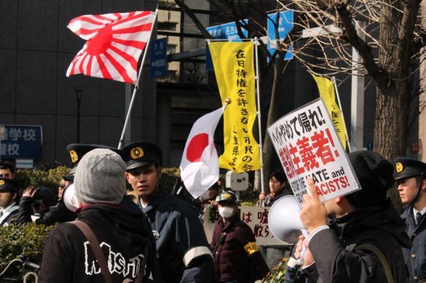 「朝鮮人をたたき出せ」などの差別発言が飛び、多くの市民が抗議した=2月21日、名古屋市中村区