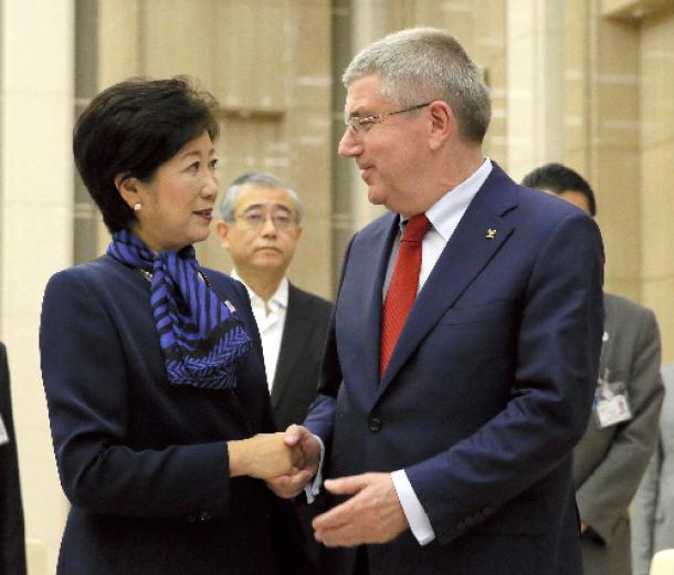 握手する東京都の小池百合子知事(左)とIOCのトーマス・バッハ会長