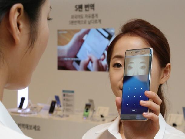 サムスン電子のスマートフォン「ギャラクシーノート7」には、目の虹彩による認証機能が搭載されていた=2016年8月11日、ソウル
