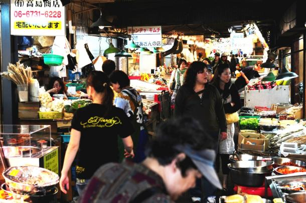 ガード下にある高麗市場。キムチのにおいに食欲がそそられる=大阪・鶴橋、伊ケ崎忍撮影