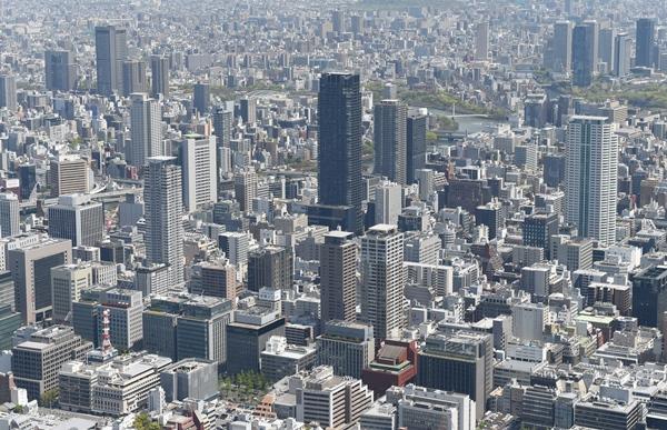 大阪・船場地区に立ち並ぶ高層建築物。タワーマンションも増えている=2016年4月、大阪市中央区