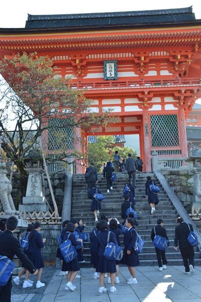 清水寺には大勢の修学旅行生も訪れる=2015年10月、京都市東山区