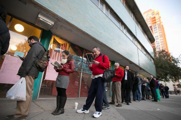 投票するために早朝から列に並ぶ有権者ら=フィラデルフィア、ランハム裕子撮影