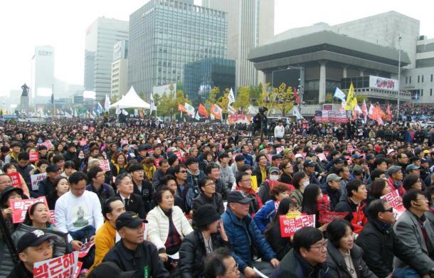 5日午後、ソウル市内で行われた抗議集会。参加者は「朴槿恵は辞任しろ」と叫んだ20161105