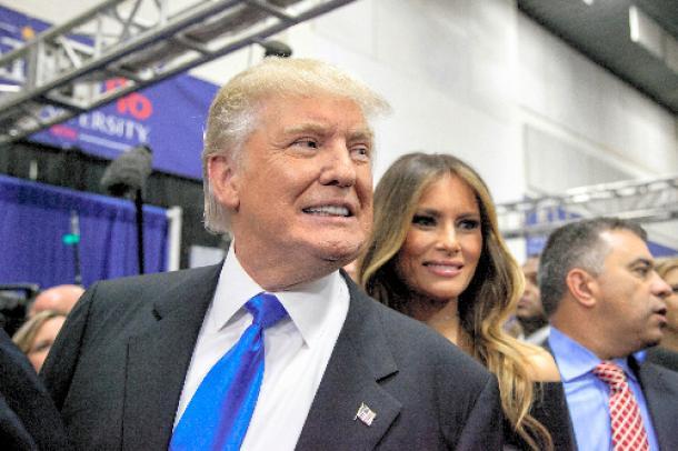 9月26日、ニューヨーク州での大統領候補討論会後、報道陣の質問に答えるドナルド・トランプ氏とメラニア婦人=ランハム裕子撮影