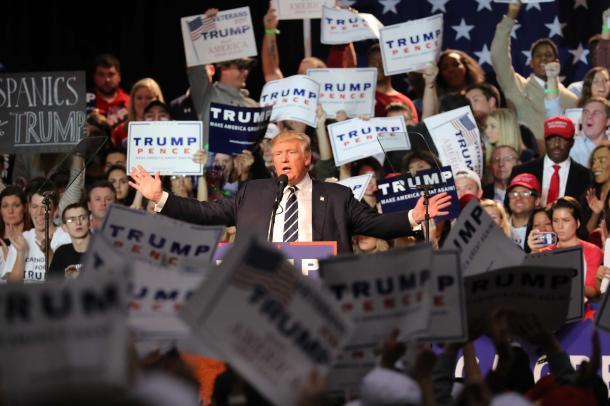 選挙戦最後の集会で演説するトランプ氏=11月8日、ミシガン州グランドラピッズ