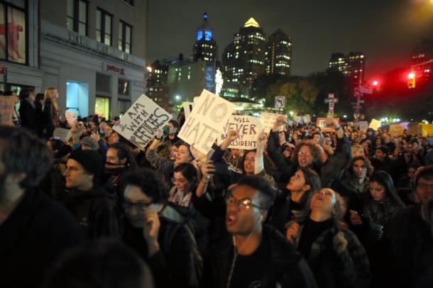 「私の大統領ではない!」。トランプ氏の大統領選勝利に抗議するニューヨークのデモ