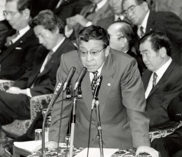 衆院予算委員会で金融問題をめぐる新進党議員の質問に対し、反対の答弁に立つ大蔵省国際金融局長の榊原英資さん