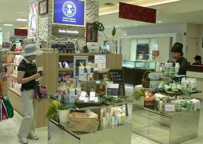 写真・図版 : デパートの化粧品売り場。アンチエイジング(抗加齢)をうたう商品がたくさん並んでいる=米谷陽一撮影