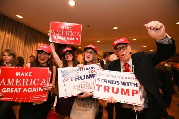 集会会場で、ドナルド・トランプ氏の勝利を喜ぶ支持者ら=9日、ニューヨーク、ランハム裕子撮影20161109