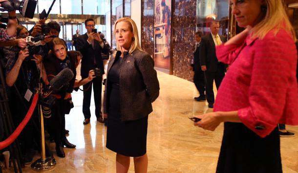 写真・図版 : トランプ・タワーのロビーには報道陣が連日つめかけている=ニューヨーク