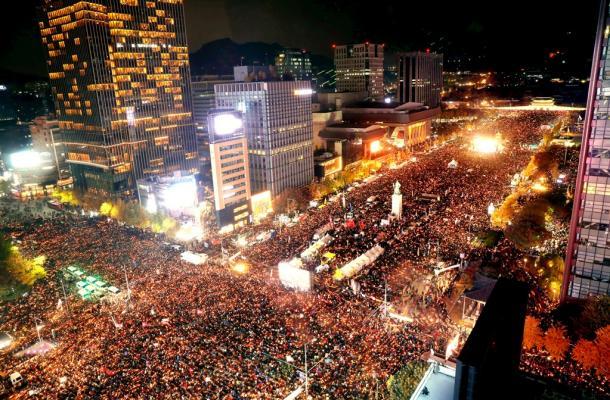 朴槿恵・韓国大統領の退陣を求めて集まった人でソウル中心部の道路が埋め尽くされた