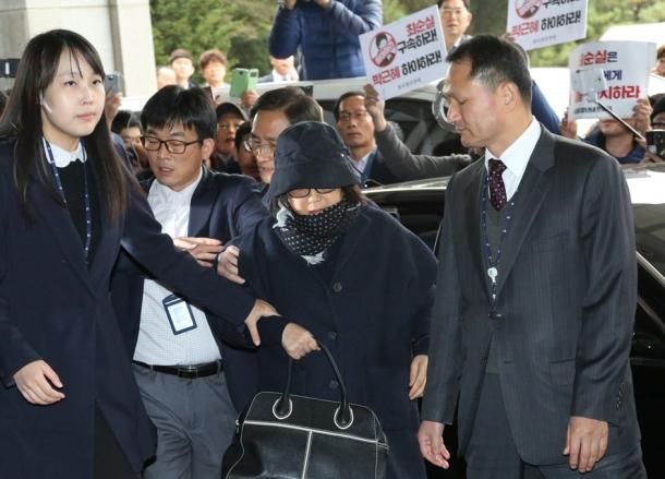 検察当局に出頭したチェ氏。「朴槿恵は辞任しろ」「チェ・スンシルを拘束しろ」などと学生らの怒号が飛びかった=31日20161031