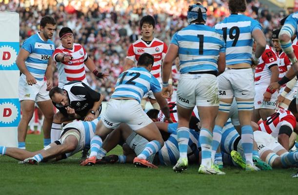 アルゼンチン戦後半、日本代表は混戦の中からFWマフィがトライを奪った=2016年11月5日、東京・秩父宮ラグビー場
