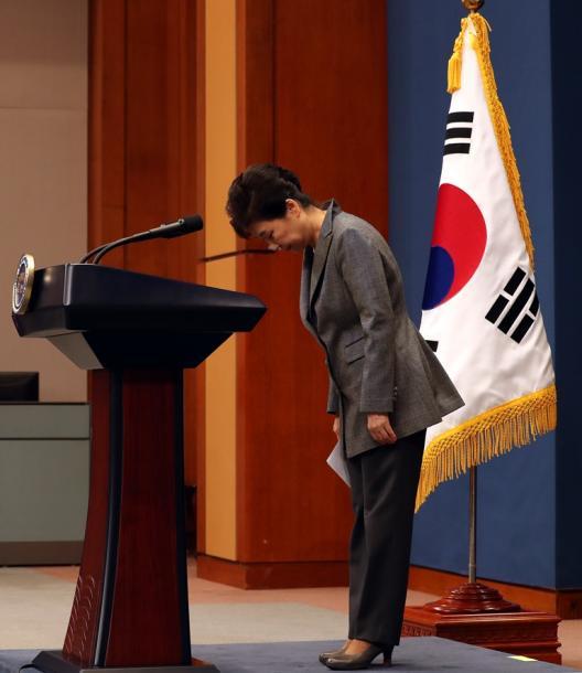 写真・図版 : 「任期満了前辞任」会見に臨む朴槿恵大統領=東亜日報提供