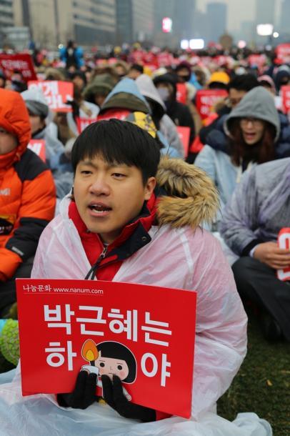 写真・図版 : 朴槿恵大統領の辞任を求める集会は、多くの若者たちが参加した=2016年11月26日、ソウル